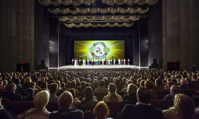 New York-based Shen Yun Performing Arts takes a curtain call on Jan. 9, 2015, following the third performance of a six-show run at Place des Arts, Montreal. (Evan Ning/Epoch Times)