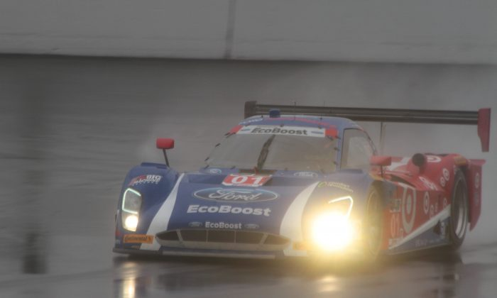 Sage Karam pilots the #01 Ganassi Riley-EcoBoost Ford on the wet Daytona Speedway banking during Sunday's rainy morning session of the TUSC Roar Before the 24. (Chris Jasurek/Epoch Times)