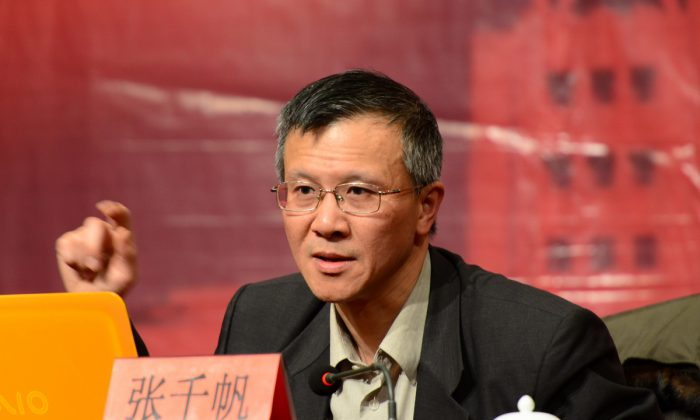Law professor Zhang Qianfan at China's Peking University Law School harshly criticized the anti-constitutional standpoint of the Chinese Communist Party state-run media in an op-ed published in the Chinese edition of the Financial Times on Jan. 5, 2015. (Screenshot/law.ytu.edu.cn)