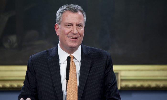 Mayor Bill de Blasio announces the members of the City Hall press office at a conference in the City Hall Blue Room on Jan. 7, 2014. (Samira Bouaou/Epoch Times)