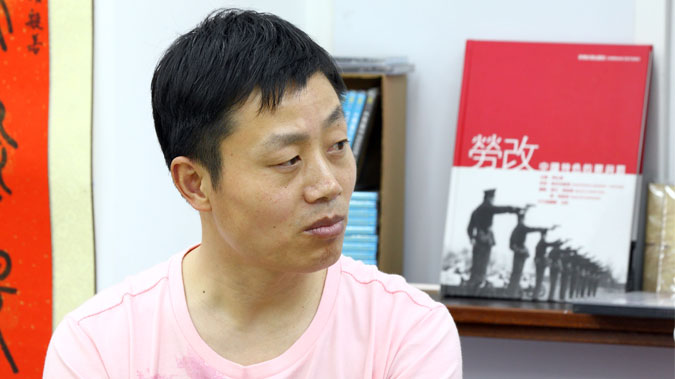 """Du Bin tells about the crimes committed at Masanjia Labor Camp in his new book, """"The Roar of Masanjia."""" (Poon Zaishu/Epoch Times)"""