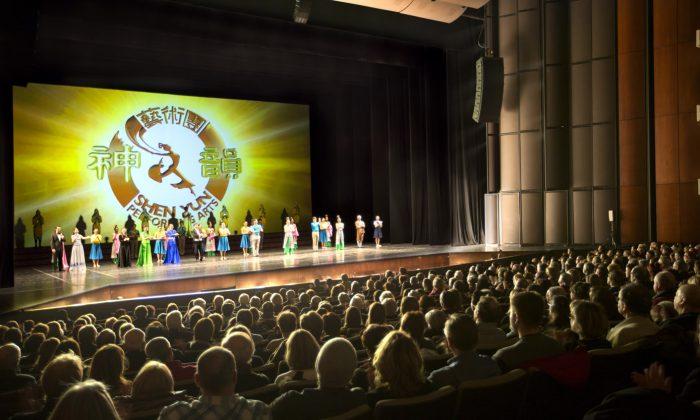 """Shen Yun performers take a curtain call before a full house at Quebec City's Théâtre de Québec on Jan. 14, 2015. A greeting letter from Premier Philippe Coiullard extolled Shen Yun's """"outstanding artists"""" and well-rounded production. (Evan Ning/Epoch Times)"""