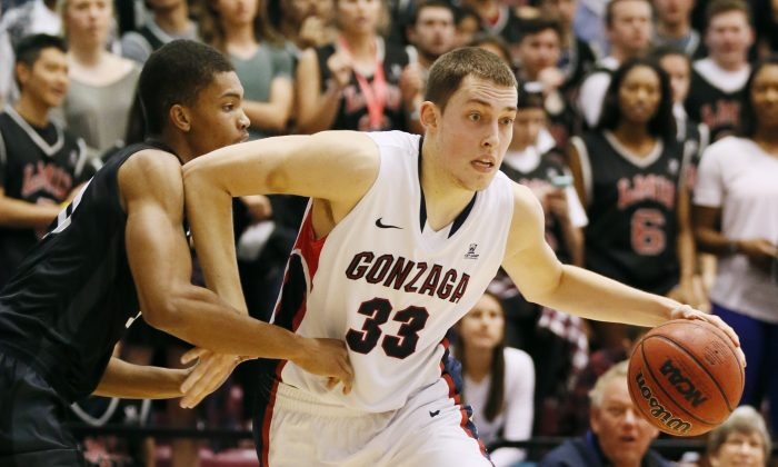 Gonzaga's Kyle Wiltjer, right, drives past Loyola Marymount's Devin Wyatt during the first half of an NCAA college basketball game Saturday, Jan. 17, 2015, in Los Angeles. (AP Photo/Danny Moloshok)