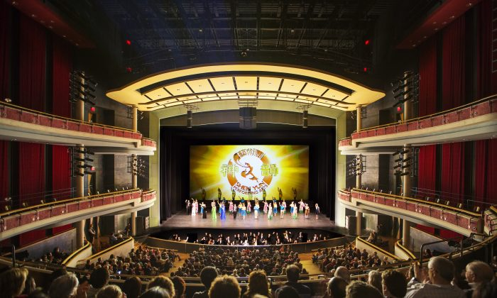 The full-house audience of Shen Yun Performing Arts's last show at Mississauga's Living Arts Centre applauds as the performers wave goodbye. (Evan Ning/Epoch Times)