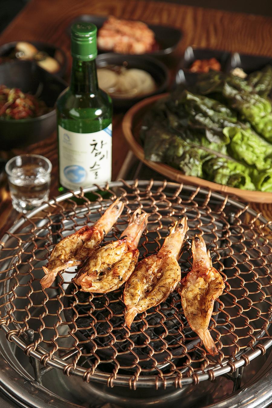 Shrimp and soju. (Samira Bouaou/Epoch Times)