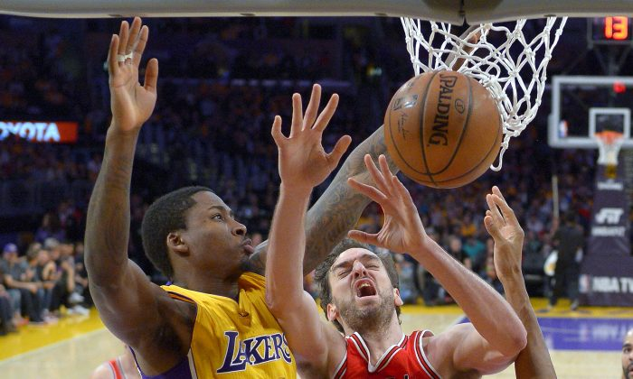 Chicago Bulls forward Pau Gasol, right, of Spain, tries to shoot as Los Angeles Lakers forward Ed Davis defends during the first half of an NBA basketball game, Thursday, Jan. 29, 2015, in Los Angeles. (AP Photo/Mark J. Terrill)