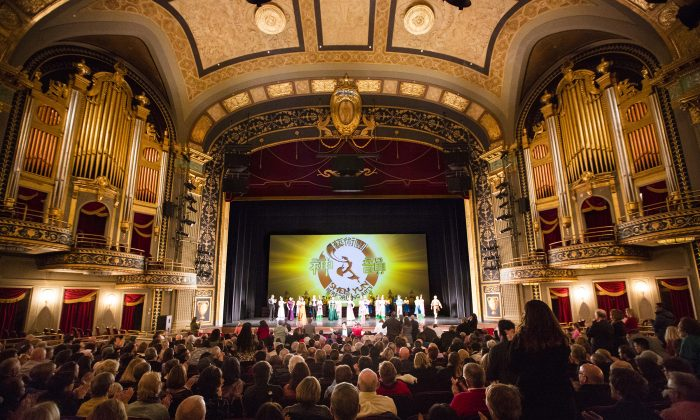 Audiences applaud during the curtain call for Shen Yun at the Palace Theater in Waterbury, Conn., on Feb. 7, 2015.  (Pamela Tsai/Epoch Times)