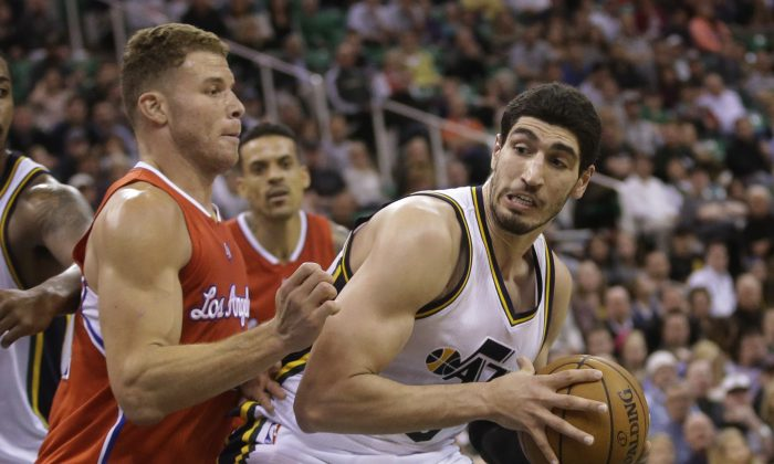 Los Angeles Clippers forward Blake Griffin, left, defends Utah Jazz center Enes Kanter during the fourth quarter of an NBA basketball game Wednesday, Jan. 28, 2015, in Salt Lake City. The Clippers won 94-89. (AP Photo/Rick Bowmer)