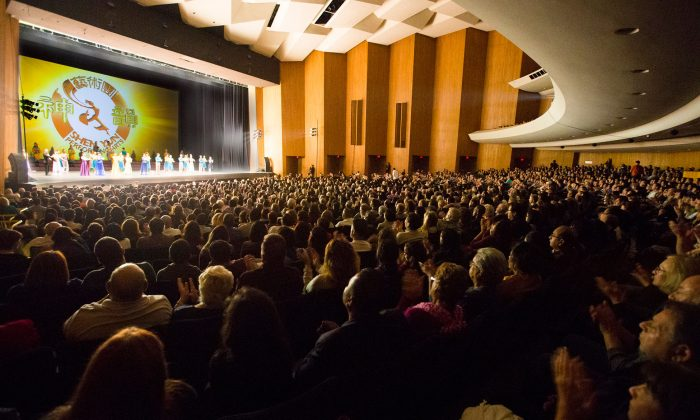 Shen Yun Performing Arts World Comapany say goodbye to the Long Beach audience at the Terrace Theater. (Epoch Times)
