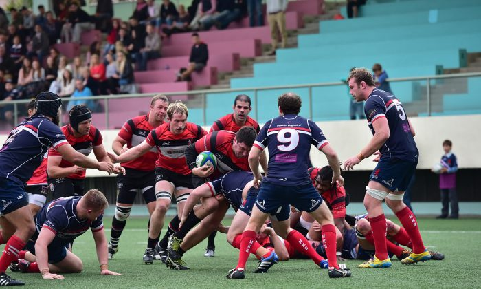Societe Generale Valley push forward for their 2nd try in their HKRFU Premiership Grand Championship semi-final against Bloomberg HK Scottish at Shep Kip Mei on Saturday Feb 14, 2015. Valley won the close match 17-13 to progress to the final on March 7, 2015. (Bill Cox/Epoch Times)