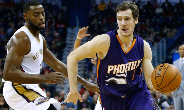 Phoenix Suns guard Goran Dragic (1) drives past New Orleans Pelicans forward Tyreke Evans, left, during the first half of an NBA basketball game, Tuesday, Dec. 30, 2014, in New Orleans. (AP Photo/Jonathan Bachman)
