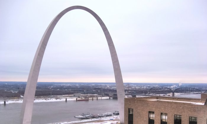 Shen Yun performed at Peabody Opera House in view of St. Louis's Gateway Arch on Feb. 20. (Cat Rooney/Epoch Times)