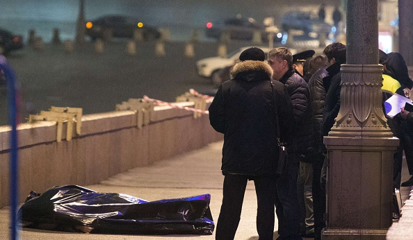 Russian police investigators stand near the body of Russian opposition leader Boris Nemtsov (DMITRY SEREBRYAKOV/AFP/Getty Images)