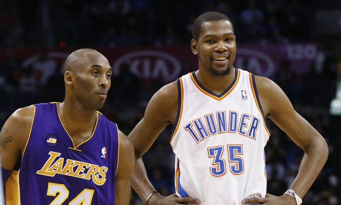 Los Angeles Lakers guard Kobe Bryant (24) and Oklahoma City Thunder forward Kevin Durant (35) talks during a foul shot in the third quarter of an NBA basketball game in Oklahoma City, Tuesday, March 5, 2013. (AP Photo/Sue Ogrocki)