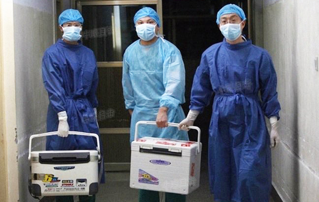 Doctors carry fresh organs for transplant at a hospital in Henan Province, China, on Aug. 16, 2012. (Screenshot via Sohu.com)