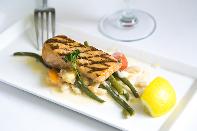 Grilled salmon with white beans and haricots verts. (Samira Bouaou/Epoch Times)