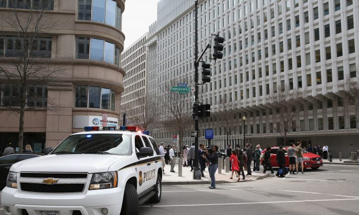 A U.S. Secret Service Uniform Division patrol vehicle blocks eastbound traffic at the intersection of 18th Street NW and Pennsylvania Avenue after an electrical blackout affected the White House and other government buildings in the area April 7, 2015 in Washington, DC. (Chip Somodevilla/Getty Images)