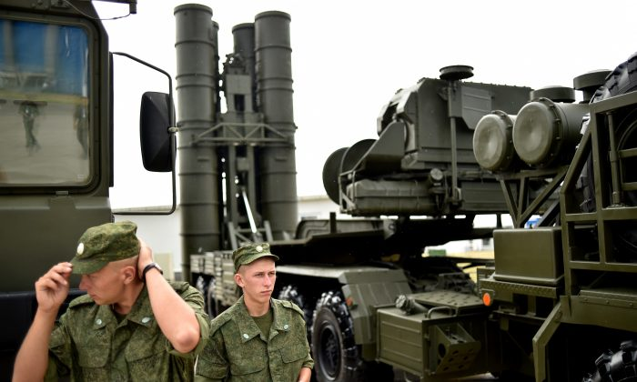 Russian soldiers stand guard near a S-400 missile defense system at a military exhibition in Zhukovsky outside Moscow, on August 13, 2014. (KIRILL KUDRYAVTSEV/AFP/Getty Images)