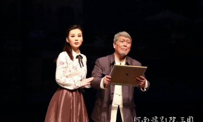 "A screenshot from yj3t.com, website of Henan Opera Company, shows a scene from the contemporary Henan opera ""Family Portrait"" about a story of a corrupt Chinese official. Central authorities organized 2000 officials to see the show on April 17 and 18 in Beijing. (Screenshot/yj3t.com)"