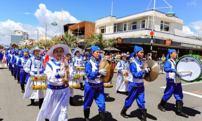 The Divine Land Marching Band composed entirely of Falun Gong practitioners take part in the downtown Tauranga Trustpower Christmas Parade in Auckland, New Zealand, on Nov. 29, 2014. (Courtesy of en.Minghui.org)