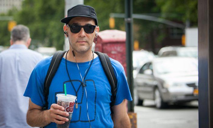 A man drinks a Big Gulp drink from 7-Eleven, in Manhattan, N.Y., on June 26, 2014. (Samira Bouaou/Epoch Times)