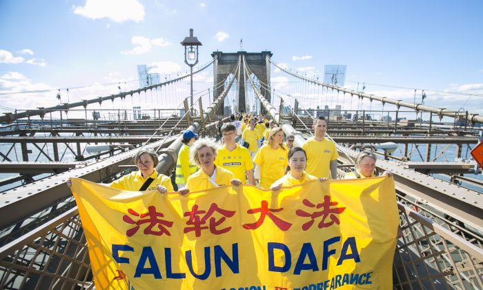 Falun Dafa practitioners cross the Brooklyn Bridge from Brooklyn into Manhattan, New York, on May 13, 2015. (Samira Bouaou/Epoch Times)
