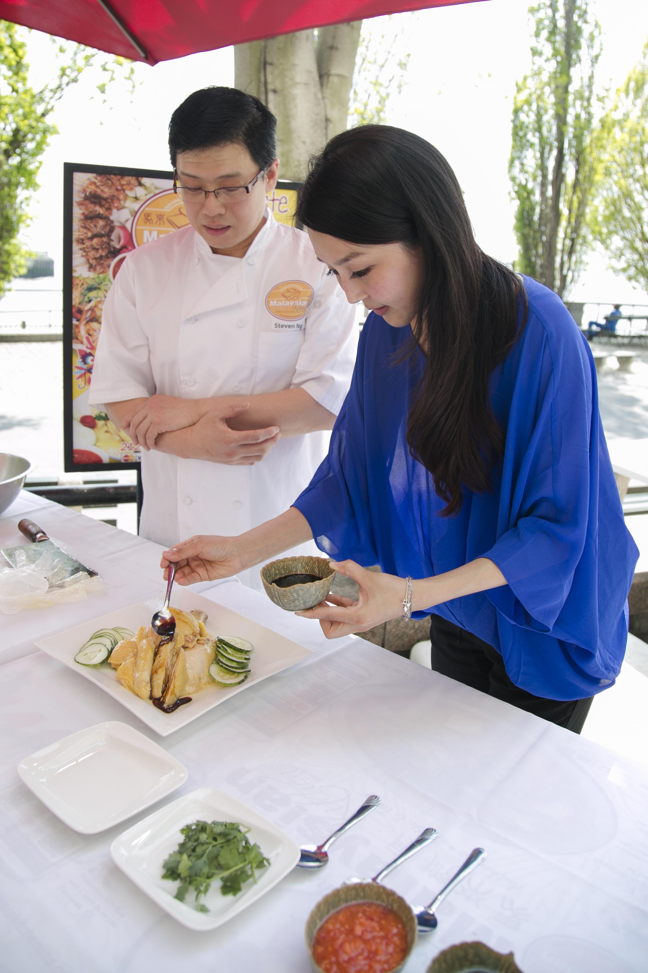 Cici Li makes Hainanese Chicken at Malaysia Kitchen USA. (Samira Bouaou/Epoch Times)