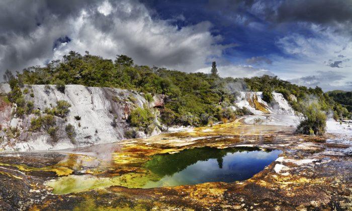 Orakei Korako geotermal valley. (muha04, iStock)