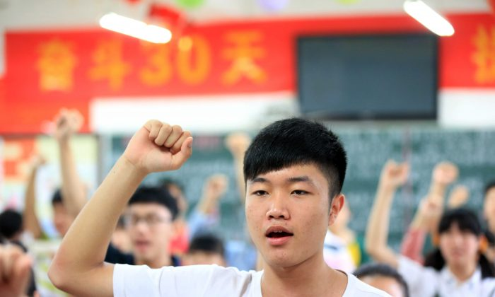 """Students vow to obey the exam regulations before sitting the 2014 university entrance exam of China, or the """"gaokao"""", in Bozhou, east China's Anhui province on June 7, 2014. (AFP/AFP/Getty Images)"""