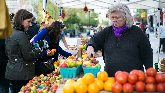 People shop for tomatoes at Union Square Market in New York, NY, on Oct. 20, 2014. (Samira Bouaou/Epoch Times)