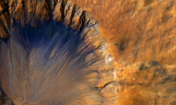 A closeup image of the impact crater in the Sirenum Fossae region of Mars on March 30, 2015. (NASA/JPL)
