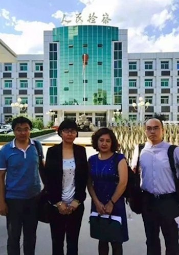 (2nd L-R) Lawyers Wang Yu, Hu Guiyun, and Feng Yanqiang post for a picture outside Sanhe People's Court, Hebei Province, China on July 2, 2015. (Screen shot)