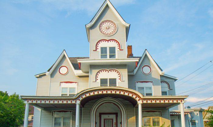 A house on E. Main St on July 7, 2015 (Holly Kellum/Epoch Times)