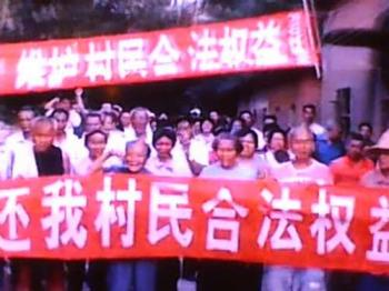 Villagers in southern China protest against alleged land grab. The banner reads:'Give us back our legal rights.'  (pp.sohu.com)