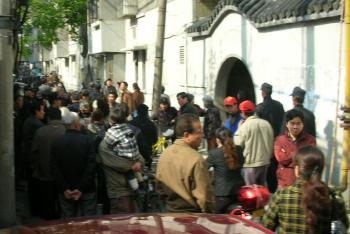 On the afternoon of April 9, residents gathered when Chengguan came to pull down their posters. (Photo provided by Chinese blogger)