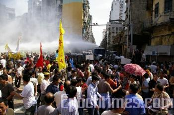 The Macau police dispatched two Anti-riot water cannon vehicles and shoot water cannons to the protestors. Many people and reporters were hit. (Zeng Dongfang/The Epoch Times)