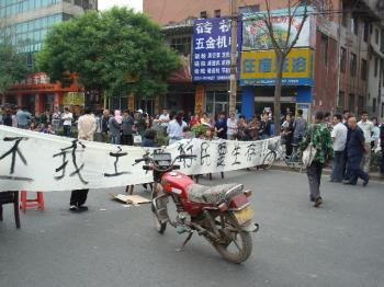 Villagers hold a banner that says:Return my land. (Internet photo)