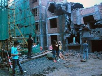 The suddenly collapsed building, which was still under construction. (Chinese blogger)
