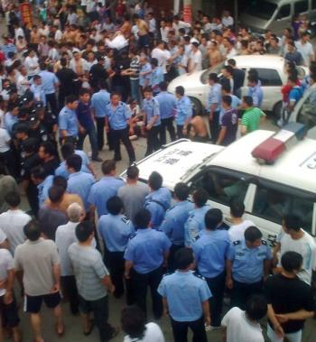 Large-scale protest in Gangkou Town, Xiushui county, Jiangxi Province on July 5, 2010. (The Epoch Times)