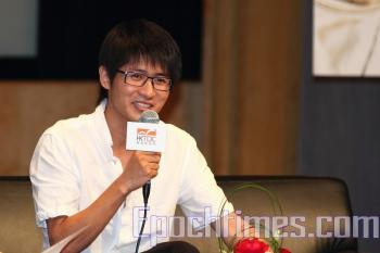 Engaging the press at a Hong Kong book fair, Han Han said he is inclined to turn down praise for 'the higher one is extolled, the worse he is hit when he is let down.' (Pan Zaizhu/The Epoch Times)