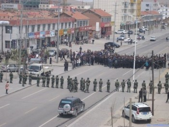 May 23, hundreds of herdsmen protested at West Ujimqin Banner government and were dismissed by police. (Southern Mongolian Human Rights Information Center)
