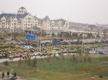DISCONTENT: May 25, students protested at Xilingol League government. (Southern Mongolian Human Rights Information Center)