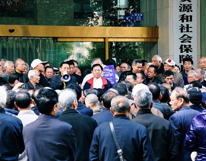 On Nov. 8, 500 retired veterans gathered to protest in front of the Labor and Social Security Bureau in Wuhan, the capital of Hubei Province in central China. (64tianwang.com)