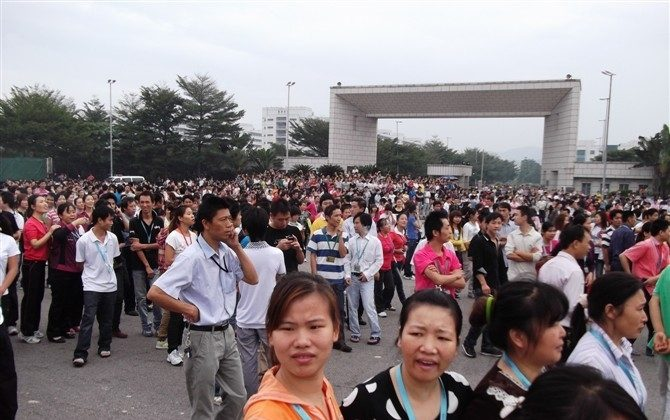 Striking workers heading for municipal buildings before riot police move in. (Weibo.com)