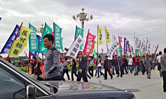 In a well-organized rally, several thousand farmers marched in Lufeng, Guangdong Province, on Nov. 21, 2011, demanding their right to vote and a resolution of authorities' illegal land grabs. (Weibo.com)