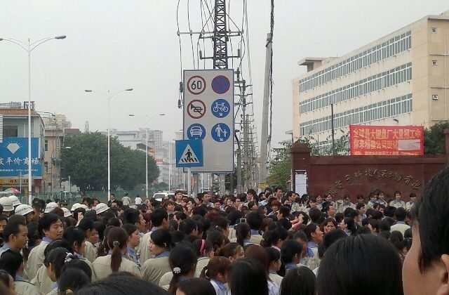 More than two thousand workers at the Jing Mold Electronic Technology Co., Ltd. in Shenzhen went on strike on Nov. 22 to protest unreasonable arrangements for overtime. (qq.com)