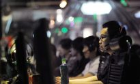 China Tops 300 Million Microbloggers, Officials Wary