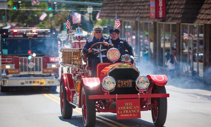 The 1915 American La France fire engine going up Pike Street during the 165th annual fireman's Inspection Day Parade in Port Jervis, N.Y. on July 11, 2015. (Jeff Nenarella/Epoch Times)