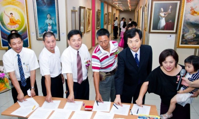 Taiwanese Falun Gong practitioners submitted a letter to Chinese Premier Wen Jiabao asking him to investigate allegations of live organ harvesting in China, and to release detained Taiwanese practitioner Chung Ting-pang. More than 1,800 Taiwanese VIPs put their thumbprints on the letter. (Chen Baizhou/Epoch Times)