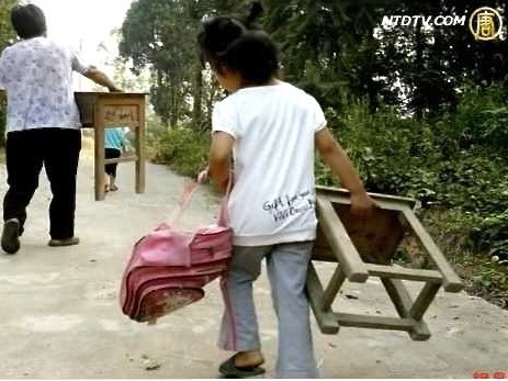 Three thousand students in Shunhe Township, Macheng City in central China's Hubei Province have to bring their own desks and chairs to school. (Screenshot from NTD Television)